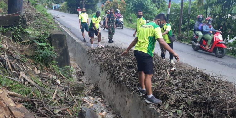 Personel Bintaldam Cenderawasih Bersihkan Tumpukan Sampah Ditanjakan Jalan Menuju Makodam XVII/Cenderawasih, Rabu (17/2/2021)