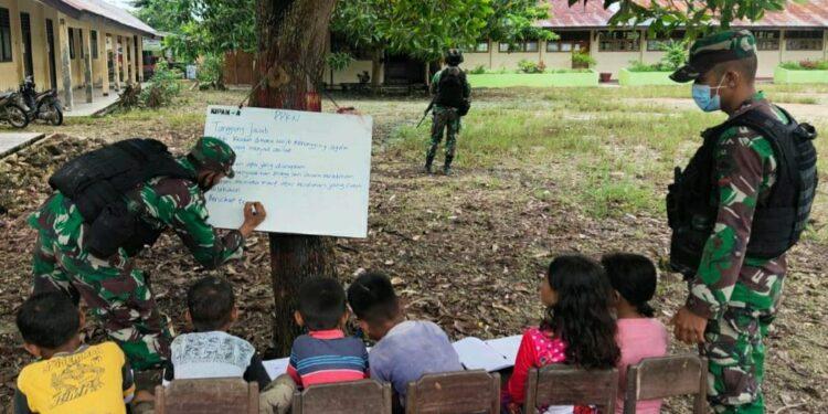 Personel Satgas Pamtas RI-PNG, Yonif Raider 100/PS Gelar Bimbingan Belajar (Bimbel) di Kampung Naramben, Distrik Skanto, Kabupaten Keerom, Provinsi Papua. Rabu (17/02/2021). Foto: Pendam XVII/Cenderawasih
