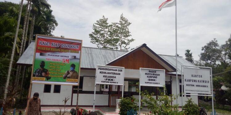 Babinsa dan Aparat Kampung Kanui II Pasang Baner Sukseskan Vaksinasi Sinovac di Kampung Kanui II, Distrik Angkaisera, Kabupaten Kepulauan Yapen, Kamis (18/2/2021)