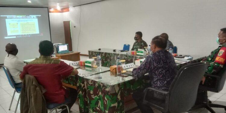 Dandim 1702/Jayawijaya bersama Pejabat Pemkab Jayawijaya sedang mengikut rakornis TMMD ke-110 diruang data Makodim 1702/Jayawijaya, Kamis (18/2/2021)