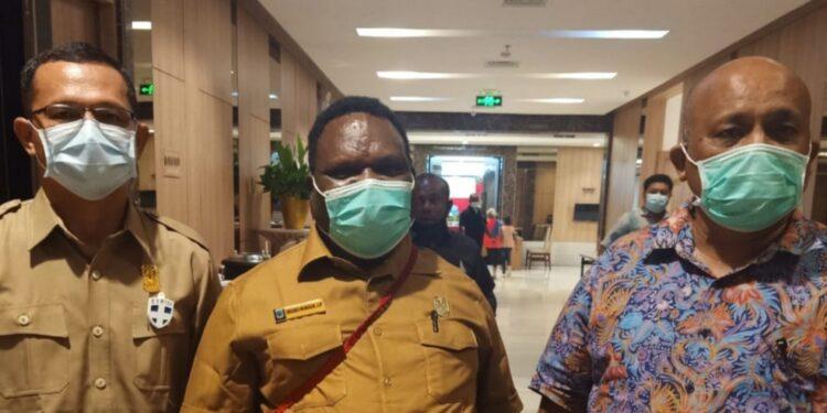 Ketua DPR-PB Orgenes Wonggor,S.I.P (Tengah) Wakil Ketua DPR-PB Ranley H.L. Mansawan,S.E (Kanan) dan Kepala BPKAD Papua Barat Drs Enos Aronggear (Kiri)