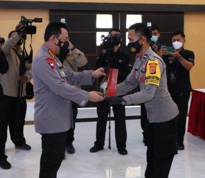 Kapolri Jenderal Listyo Sigit Prabowo Berikan Hadiah Sekolah Perwira Kepada Dua Personel Prestasi di Mapolda DIY, Jumat (19/2/2021)