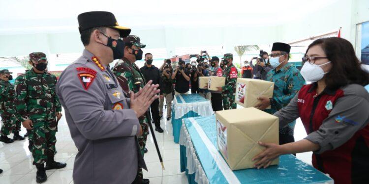 Kapolri Jenderal Listyo Sigit Prabowo dan Panglima TNI Marsekal Hadi Tjahjanto Tinjua Pelaksanaan PPKM skala mikro di pasar DIY, Jumat (19/2/2021). Foto: Divisi Humas Polri