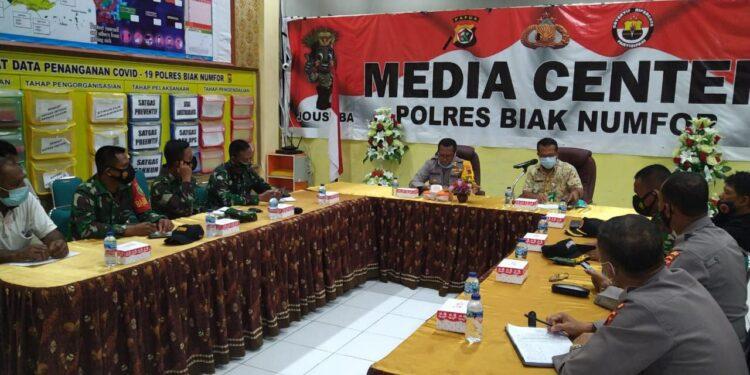 Rapat Koordinasi Babinsa dan Bhabinkamtibas Untuk Penerapan PPKM skala Mikro di Aula Polres Biak Numfor,  Jumat (19/2/2021). Foto: Pendam Cenderawasih