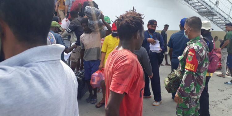 Babinsa Koramil 1710-07/Mapurujaya, Kopda Usman, turut hadir dalam kegiatan pengawasan mobilitas penumpang kapa laut  di Pelabuhan Pomako, Distrik Mimika Timur, Kabupaten Mimika, Sabtu (20/02/2021). Foto: Pendam Cenderawasih