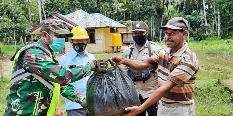 Babinsa Koramil 1711-13/GTR Bagikan Masker Kepada Masyarakat Kampung Gentiri, Distrik Jair, Kabupaten Boven Digoel, Jumat (19/2/2021). Foto: Pendam Cenderawasih