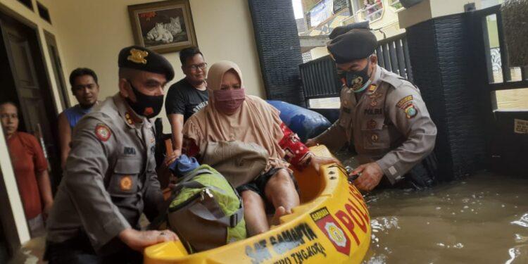 Tim TNI-Polri melakukan evakuasi korban banjir di beberapa titik di Wilayah DKI Jakarta, Minggu (21/2/2021). (Foto : Humas Polri)