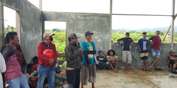 Kepala Suku Subsay Mesak Indou menyampaikan arahan kepada warga kampung Subsay, Mnaokwari. Minggu (21/2/2021). (Foto : Ist)