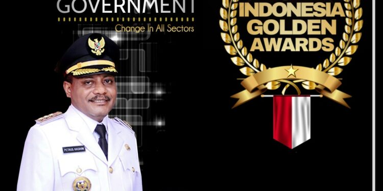 Bupati Teluk Bintuni Ir Petrus Kasihiw,M.T menerima awards The Best Government. (Foto : Ist)