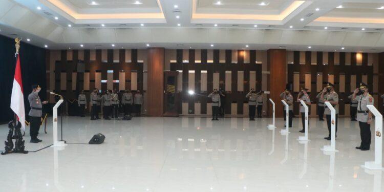 Kapolri Jenderal Listyo Sigit Prabowo resmi lantik Irjen Pol. Paulus Waterpauw dan sejumlah Pati Polri di Aula Mabes Polri, Jakarta, Senin (24/2/2021). Foto: Istimewa