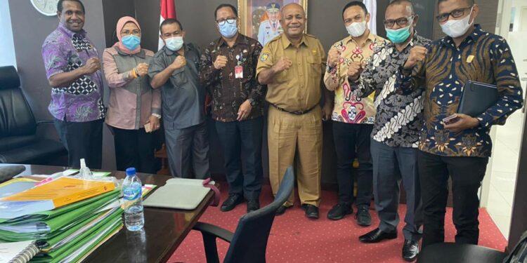 DPR Papuaa Barat dan Pemprov Papua Barat menyerahkan dokumen APBD Papua Barat tahun 2021 ke Dirjen Bidan Keuangan Daerah Kemendagri, Rabu (24/2/2021). (Foto : Ist)