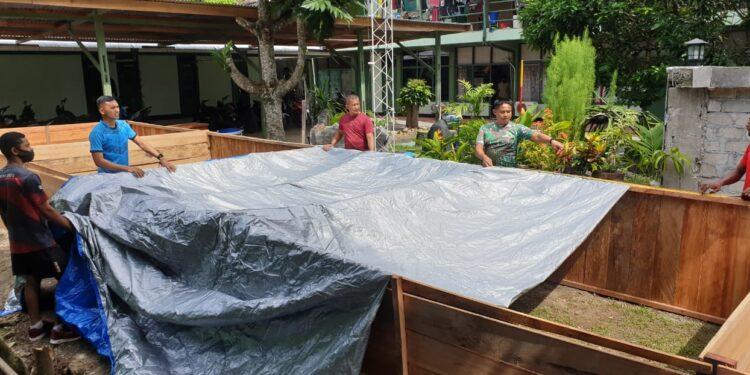 Personil Kodim 1810/Manokwari sulap lahan kosong menjadi kolam ikan lele di Manokwari, Kamis (25/2/2021). (Foto : Ist)