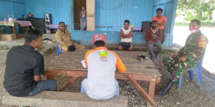 Babinsa Koramil 1709-03/Warbah, Sertu Yohanis Pomeo, memberikan edukasi tentang manfaat Vaksinasi kepada warga binaan di Kampung Kampung Mambui, Distrik Urei Faisei, Kabupaten Waropen, Kamis (25/02/2021). Foto: Pendam Cenderawasih