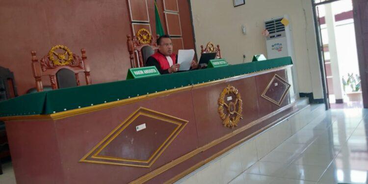 Hakim Tunggal Praperadilan Pengadilan Negeri Klas 1B Sorong Vabiannes Stuart Wattimena,S.H membacakan putusan Praperadilan di Ruang Sidang utama PN Sorong, Jumat (26/2/2021). (Foto : Ist)