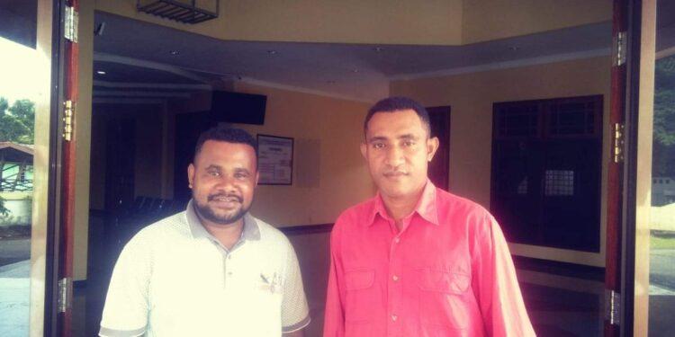 Anggota SMYTP2, Deno Amamehi (Baju Merah) dan Ketua DPC GMNI Yapen, Salmon Robah (Baju Putih). Foto: WON