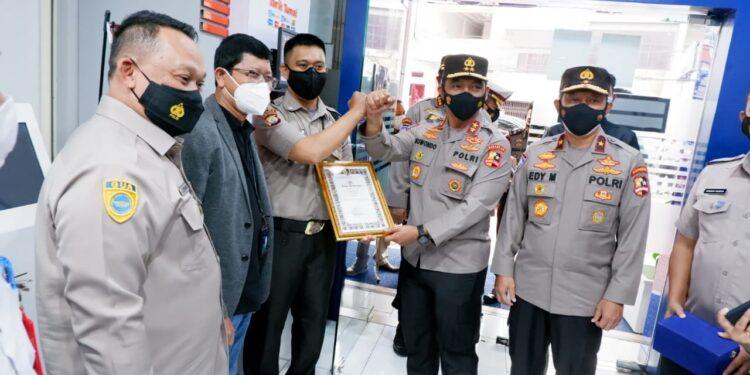 Penyerahan penghargaan kepada Nasaruddin Satpam di Bank BRI unit KCP Pasar Sentral Makassar, Sulawesi Selatan.