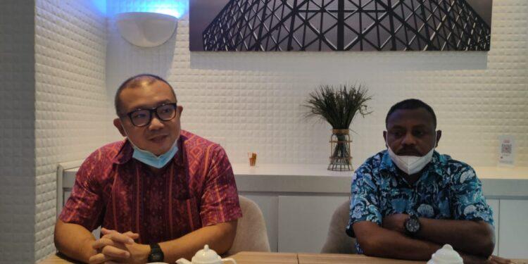 Managing Director Petrotekno Hendra (Batik Merah) dan Bupati Teluk Bintuni Ir Petrus Kasihiw,M.T (Batik Biru) gelar konfrensi pers di Jakarta, Jumat (26/2/2021). (Foto : KENN)
