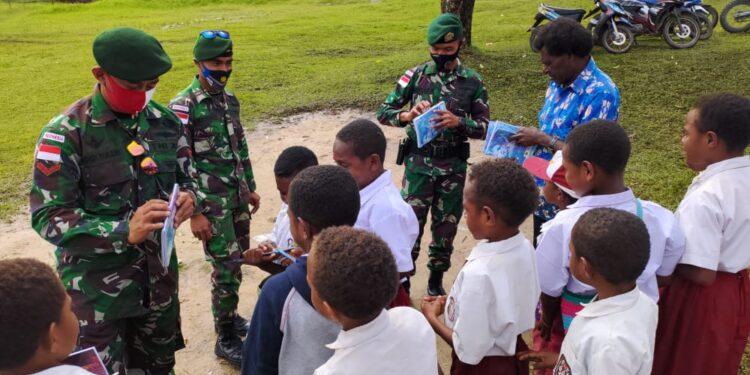Satgas Yonif Para Raider 432 Kostrad memberikan semangat belajar kepada murid - murid SDN Saralema, Distrik Kobakma, Kabupaten Membramo Tengah, Jumat (26/02/2021). Foto: Pendam Cenderawasih