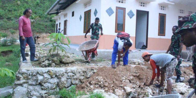 Kemanunggalan TNI Bersama Warga Membangun Gereja di Biak Kota. Foto: Pendam Cenderawasih