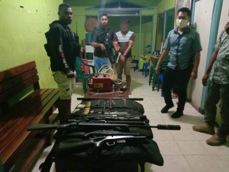 Target Operasi Polres Merauke berinisial AG bersama barang bukti saat amankan di Mapolres Merauke, Minggu (28/2/2021). Foto: Humas Polda Papua