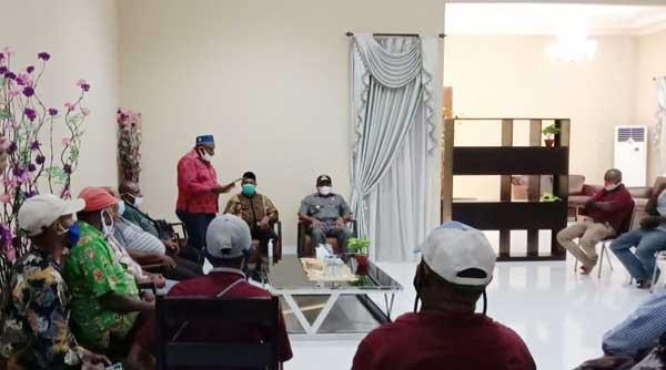 Ketua FP2SM Teluk Bintuni Abdul Rasyid Fimbay,S.AP membaca aspirasi dukungan calon Sekda Teluk Bintuni kepada Bupati Ir Petrus Kasihiw di Kediamannya