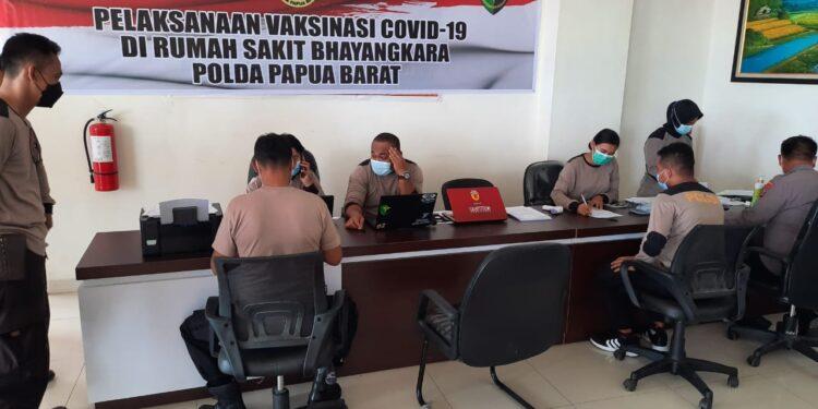 Polda Papua Barat menjalani screning untuk mengikuti vaksinasi di RS Lodewyk Mandacan, Selasa (2/3/2021). (Foto : Ist)