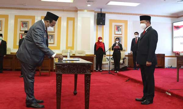 Mendagri Tito Karnavian atas nama Presiden RI melantik Dance Yulian Flassy sebagai Sekda Definitif Papua, di ruang sidang utama gedung A Lantai III Kementerian Dalam Negeri, Jakarta Pusat, Senin (1/3/2021)