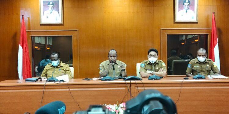 Penjabat Sekda Papua, Doren Wakerkwa, ketika memberikan keterangan pers di Sasana Karya Kantor Gubernur Papua, Senin (1/3/2021). Foto: Seo