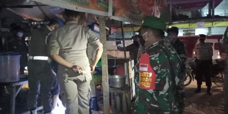 Tim Satgas Covid-19 Kota Jayapura Melaksanakan Patroli Penegakkan Prokes di tempat usaha Kota Jayapura, Senin (1/3/2021). Foto: Pendam Cenderawasih