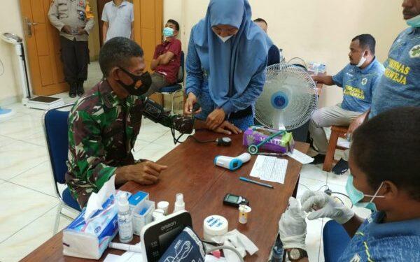 Pabung TNI Mamberamo Raya, Kapten Inf. Ahmad Diperiksa kesehatan untuk disuntik vaksin sinovac di Kabupaten Sarmi, Senin (1/3/2021). Foto: Pendam Cenderawasih