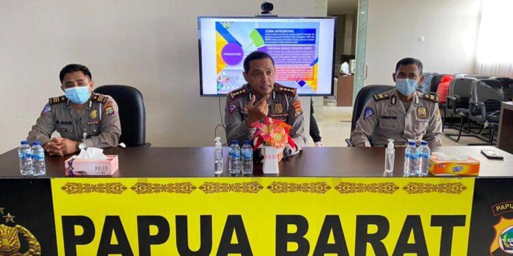 Dirlantas Polda Papua Barat Kombes Pol Raydian Kokrosono,S.I.K., M.H memimpin penandatanganan pakta integritas Internal Direktorat Lalulintas Polda Papua Barat, Selasa (2/3/2021). (Foto : Ist)