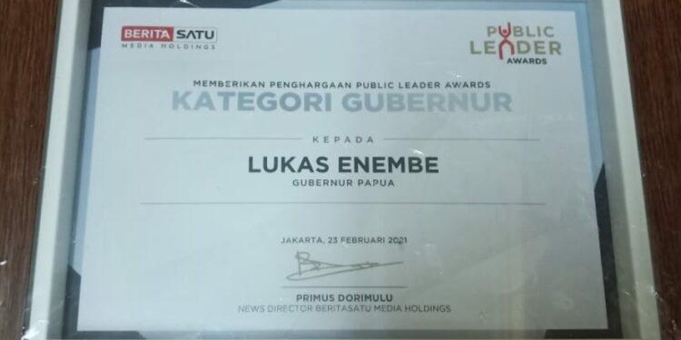 "Plakat penghargaan ""Beritasatu Public Leader Awards""Gubernur Lukas Enembe. Foto: Kominfo Papua"