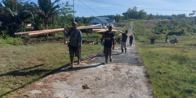 Antusias Masyarakat Membantu Program TMMD ke-110 Tahun 2021 di Distrik Kawagit, Kabupaten Boven Digoel, Rabu (3/3/2021). Foto: Pendam Cenderawasih
