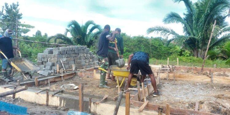Personil Satgas TMMD ke-110 Kodim 1711/BVD Membangun Fondasi dan Pembuatan Batako. Foto: Pendam Cenderawasih