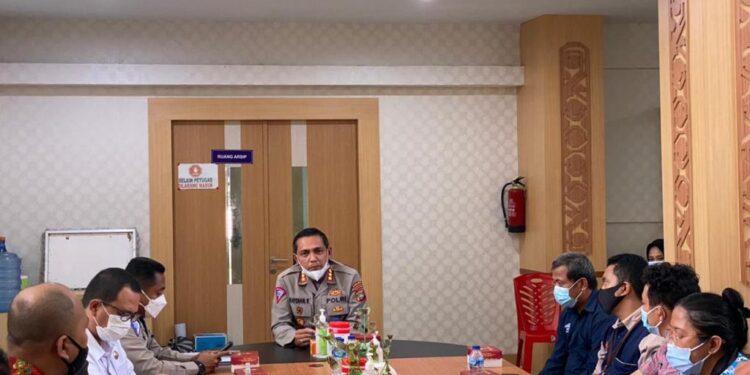 Dirlantas Polda Papua Barat Kombes Pol Raydian Kokrosono,S.I.K.,M.Si memimpin rapat sosialisasi rencana pembangunan program ETLE. di ruang rapat kantor Samsat Manokwari, Kamis (4/3/2021). (Foto : Ist)