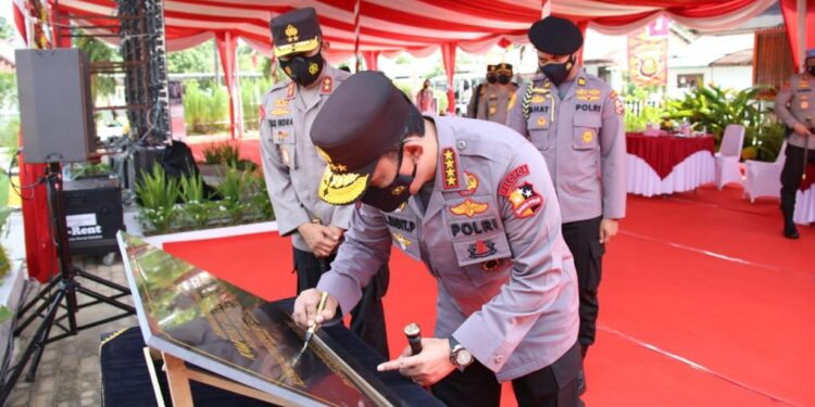 Kapolri Jenderal Listyo Sigit Prabowo tandatangan prasasti saat resmikan Kampung Tangguh Mang Pedeka dan beberapa infrastruktur di di Kamplek Pakri Palembang, Sumsel, Kamis (4/3/2021). Foto: Divisi Humas Polri