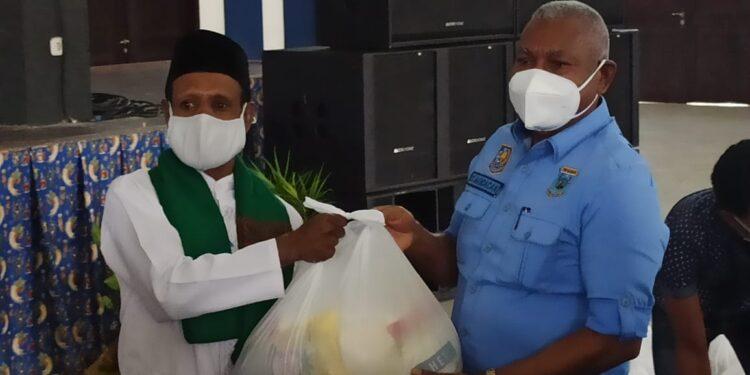 Gubernur Papua Barat Drs Dominggus Mandacan menyerahkan secara simbolis bapok tahap III melalui lembaga keagamaan di Kabupaten Teluk Bintuni, Jumat (5/3/2021). (Foto : Ist)