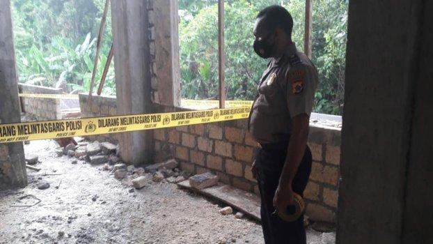 Anggota Polsek Jayapura Utara Memasang Garis Polisi di TKP Kecelakaan Kerja Proyek Pembangunan Puskesmas Imbi, Distrik Jayapura Utara, Kota Jayapura, Sabtu (6/3/2021). Foto: Humas Polsek Jayapura Utara