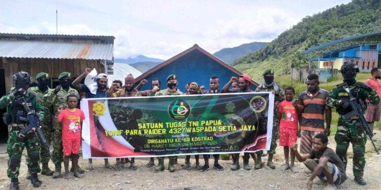Satgas Yonif Para Raider 432/Kostrad berbagi kasih bersama warga disekitar Pos Karubaga, Kabupaten Tolikara, Sabtu (6/3/2021). Foto: Pendam Cenderawasih