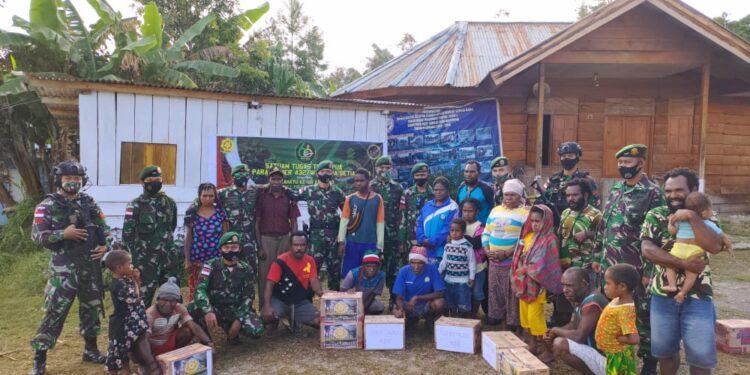 Personil Satgas Yonif Para Raider 432/Kostrad berbagi kasih bersama masyarakat Kampung Saralem, Distrik Kobakma, Kabupaten Mamberamo Tengah, Sabtu(6/3/2021). Foto: Pendam Cenderawasih
