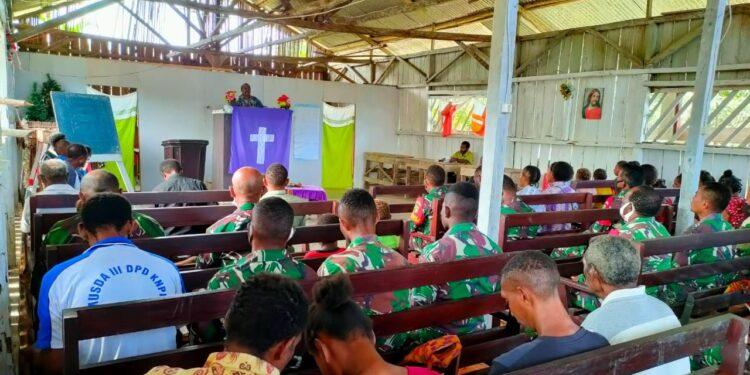 Personil Satgas TMMD ke-110 Ibadah Bersama Masyarakat Kampung Kawagit, Kabupten Boven Digoel, Minggu (7/3/2021). Foto: Pendam Cenderawasih