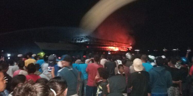 Kapal Perintis KM Fajar Baru 8 Terbakar di Pelabuhan Rakyat Kota Sorong, Minggu (7/3/2021). Foto : Ist)
