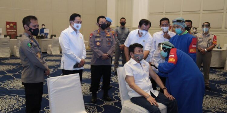 Perwakilan Purnawirawan Polri Saat Disuntik Vaksin Covid-19 di Gedung Tribrata, Mabes Polri, Jakarta Selatan, Senin (8/3/2021). Foto: Divisi Humas Polri