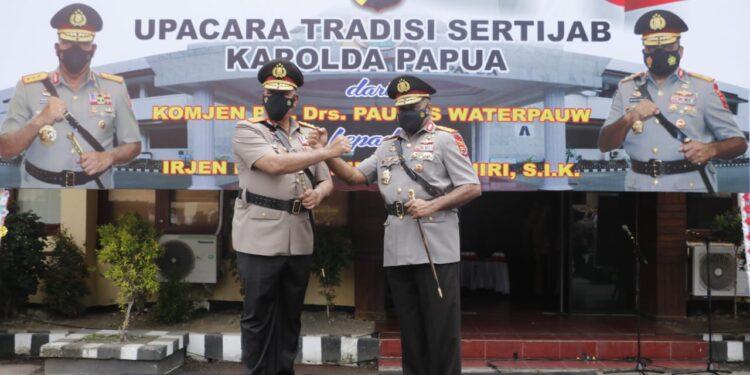 Salam Komando Kabaintelkam Polri Komjen Pol. Paulus Waterpauw dan Kapolda Papua, Irjen Pol. Mathius Fakhiri di Mapolda Papua, Senin (8/3/2021). Foto: Humas Polda Papua