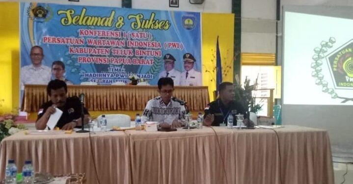 Ketua PWI Papua Barat Busta,m bersama Ketua PWI Teluk Bintuni Fidelis Wiran dan Waket Haiser Situmorang dalam salah satu kegiatan belum lama ini. (Foto : Ist)