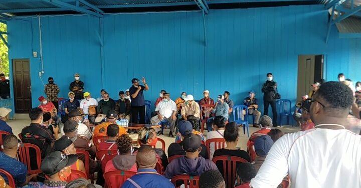 Bupati Terpilih Kabupaten Teluk Bintuni, Ir Petrus Kasihiw,M,T menyampaikan pidato didepan ratusan simpatisan di Posko Induk Kampung Idut, Bintuni, Rabu (10/3/2021). (Foto L Istimewa)