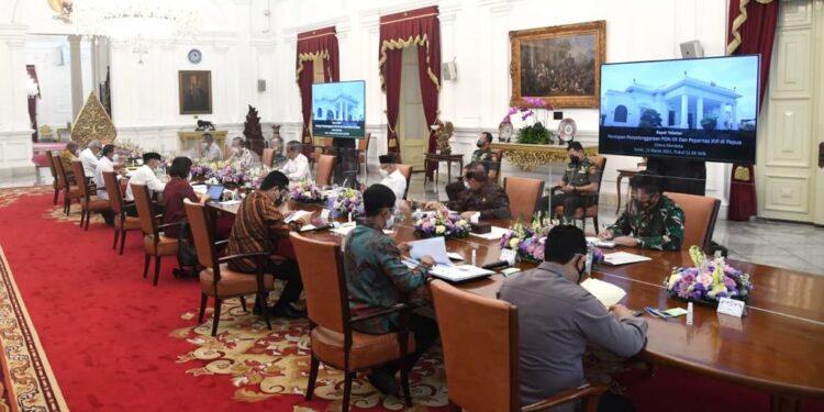 Presiden Joko Widodo pimpin rapat terbatas persiapan penyelenggaraan PON XX dan Peparnas XVI  di Istana Merdeka, Jakarta, Senin (5/3/2021). Foto: Biro Pers Istana Negara