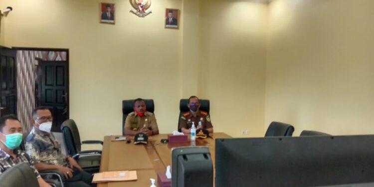 Bupati Teluk Bintuni Ir Petrus Kasihiw,M.T menghadiri wisuda program Operation & Maintenance Papuan Technician Apprentice angkatan terakhir secara virtual, Selasa (16/3/2021). (Foto : Istimewa)