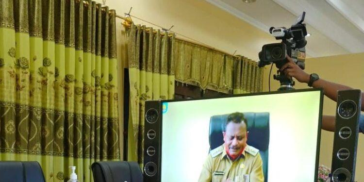 Bupati Teluk Bintuni Ir Petrus Kasihiw,M.T menyampaikan sambutan secara virtual pada acara Wisuda Program Operation & Maintenance Papuan Tecnician Apprentice Angkatan Terakhir,Selasa (16/3/2021). (Foto : Istimewa)