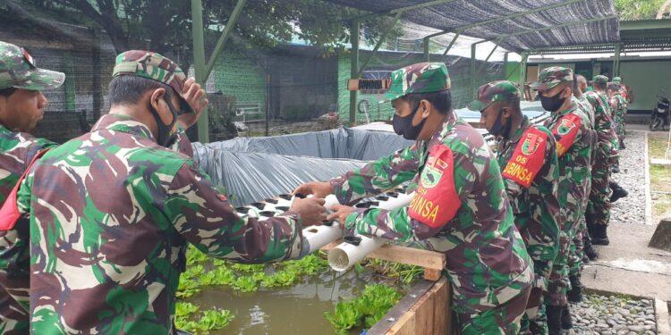Personil Koramil 1801-06/ Masni Bersama masyarakat membuat sayur di Masni, Rabu (17/3/2021). (Foto : Istimewa)